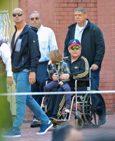 Elton john il compleanno di zachary in sedia a rotelle for Film sedia a rotelle