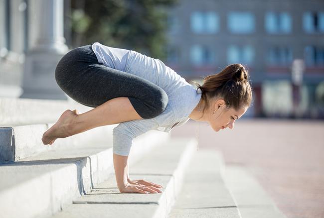 4 posizioni yoga contro lo stress