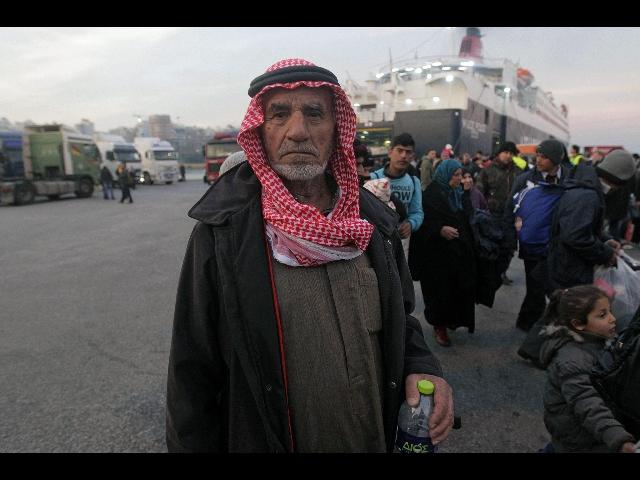 Migranti: Ash Carter, sì a missione Nato nel Mar Egeo