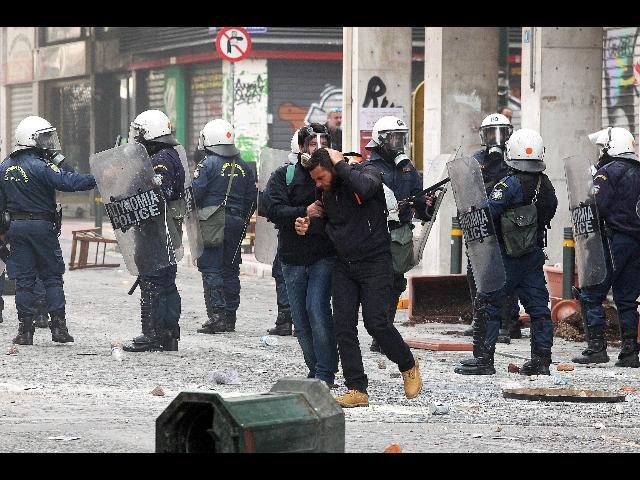 Agricoltori in piazza, scontri ad Atene