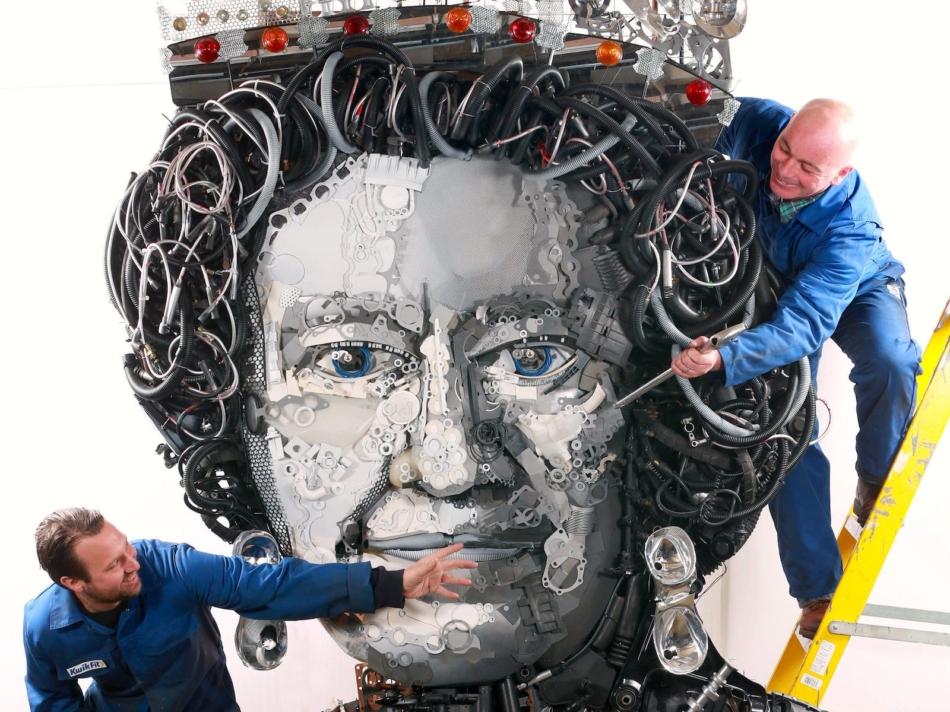 Un ritratto 'meccanico' per i 90 anni della regina Elisabetta