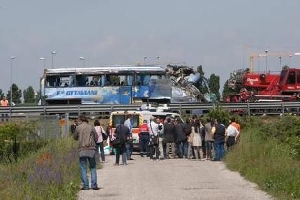 Padova: pullman si ribalta sull'A13, morti e numerosi feriti