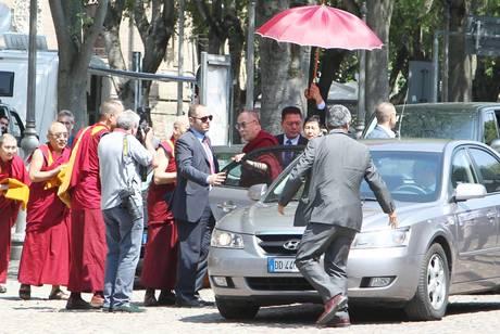 """Il Dalai Lama in visita ai terremotati: """"Prego per voi"""""""