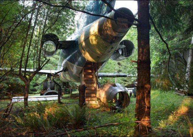 C'è un aereo nel bosco: è la casa di Bruce Campbell