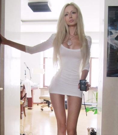 Valeria lukyanova la barbie vivente star look moda - Valeria allo specchio ...