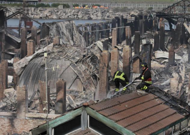 Napoli, in fiamme la città della scienza
