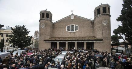 Funerali di Virna Lisi: parenti, amici e colleghi per l'ultimo addio