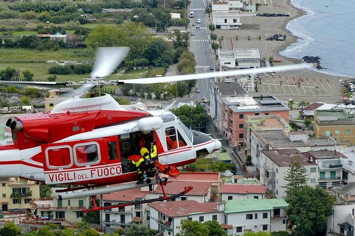 Monte di Procida, auto giù da costone: i vigili del fuoco in azione