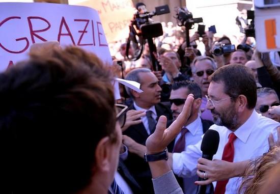 I supporter di Marino davanti alla sede del Pd